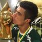Após título, jogadores do Palmeiras posam com a taça no vestiário