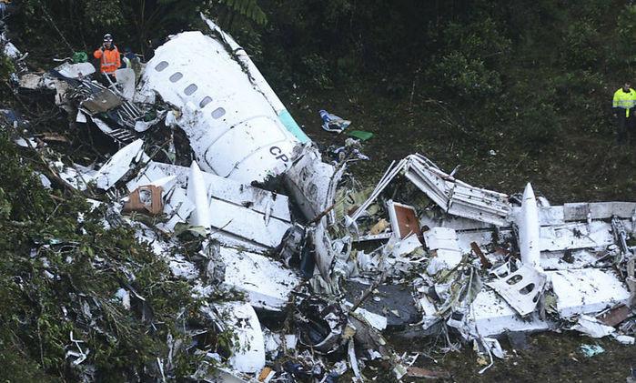 Avião ficou destruído após a queda (Crédito: Associated Press.)