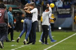 Renato abraça a filha