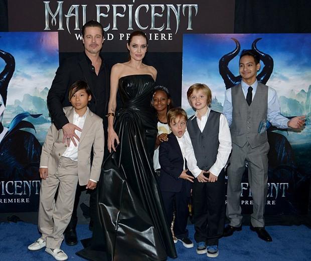 Angelina Jolie e Brad Pitt com os filhos Pax, Zahara, Knox, Shiloh e Maddox (Crédito: Reprodução)