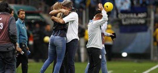 Abraço de Renato Gaúcho e filha rouba a cena em jogo do Grêmio