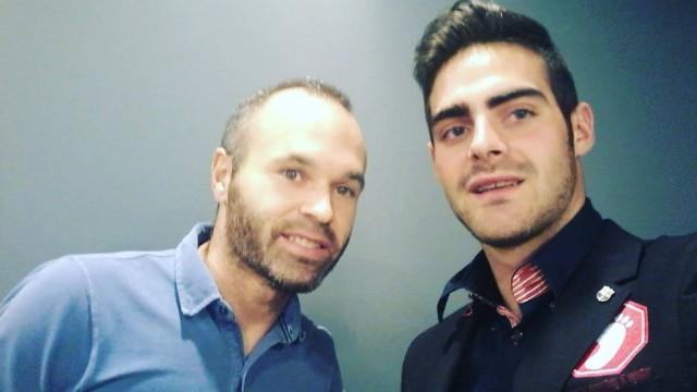 Iniesta diz a árbitro gay que 'é normal jogadores no armário'