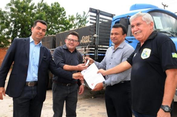 Segurança doa caminhão à Casa do Oleiro (Crédito: Reprodução)