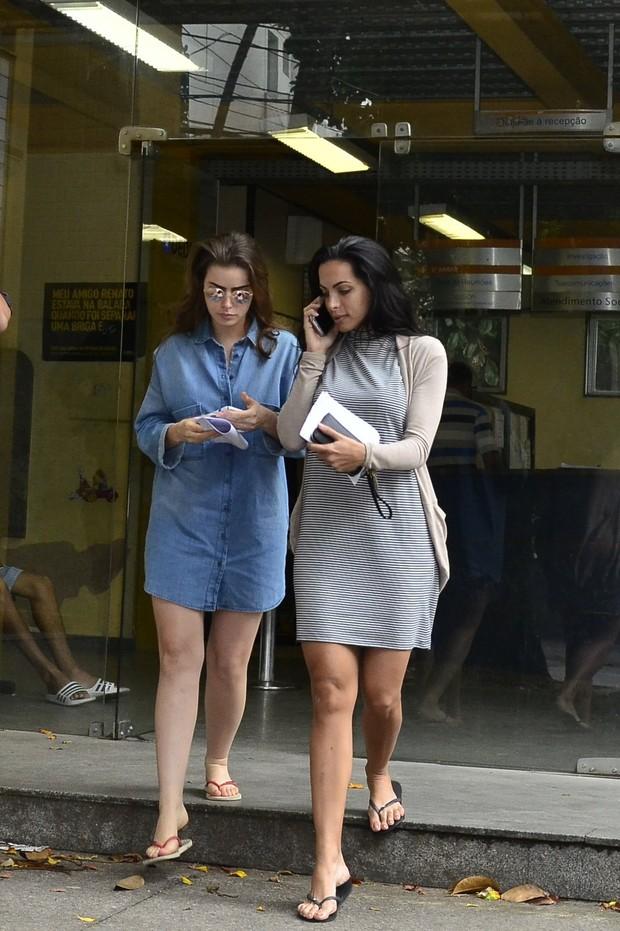 Rayanne Morais e Carla Prata na delegacia  (Crédito: Ego)