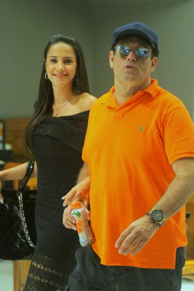 Sérgio Mallandro e sua nova namorada (Crédito: Agnews)