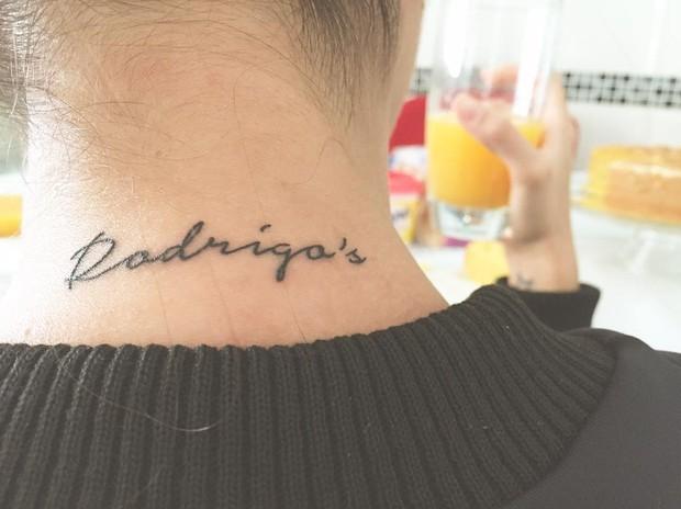 Adriana Sant'Anna faz homenagem ao marido e ao filho com tatuagem