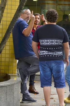 Douglas Sampaio e seu pai fazem gesto obsceno para imprensa (Crédito: Ego)