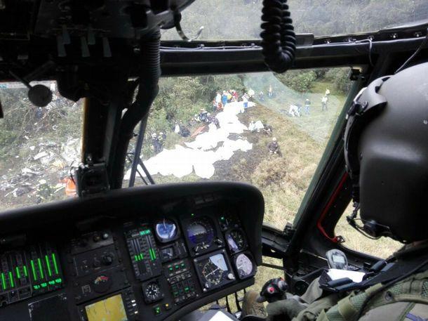 Helicóptero chega para resgatar corpos