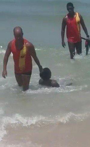 Homem acusado de roubo é puxado pelo cabelo por salva-vidas no Rio