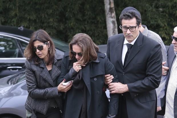 Luciano Szafir e sua mãe Beth acompanharam o sepultamento (Crédito: Agnews)