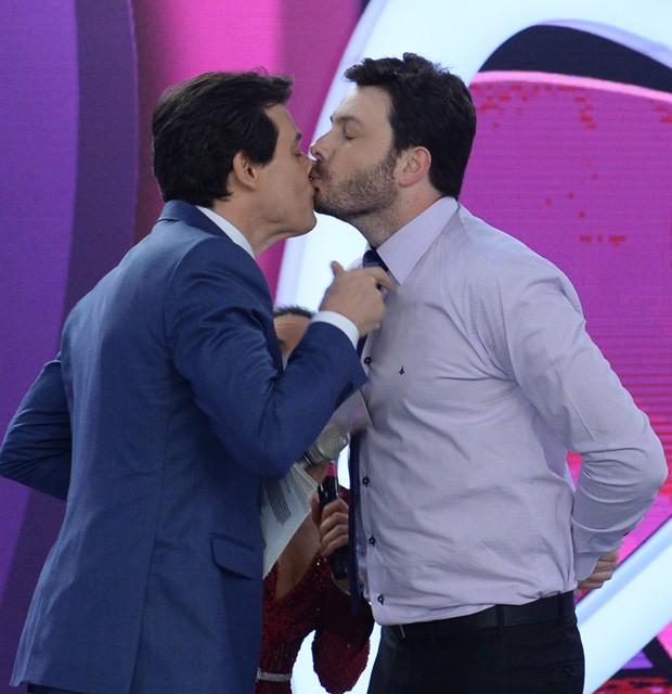 Danilo Gentili e Celso Portiolli dão selinho durante programa (Crédito: Reprodução)