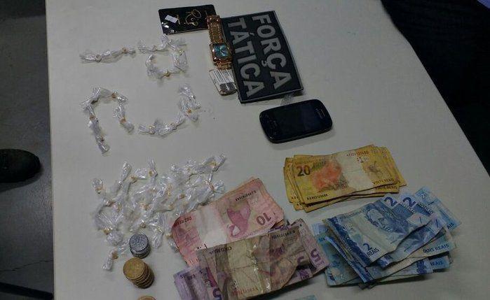 """Droga e dinheiro encontrados com as """"irmãs do tráfico"""" (Crédito: Divulgação)"""