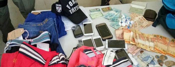 Objetos encontrados com o grupo acusado de roubar uma loja de roupas (Crédito: Divulgação)