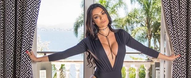 """Monique Amin exibe """"comissão de frente"""" e diz que não recebe nudes"""