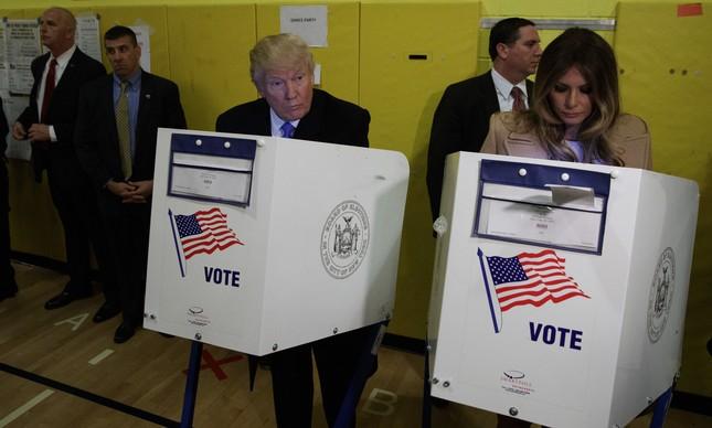 Candidato republicano Donald Trump chega para votar acompanhado da sua esposa