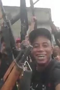 Vídeo mostra bandidos armados com fuzil comemorando invasão a morro (Crédito: Reprodução)