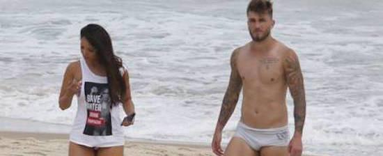 Carol Nakamura exibe corpão em dia de praia com o namorado