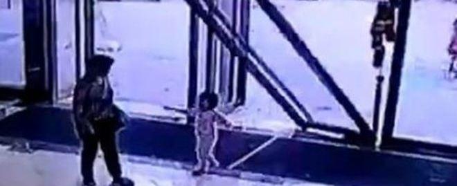 Menina de três anos é atingida após porta de vidro cair; vídeo