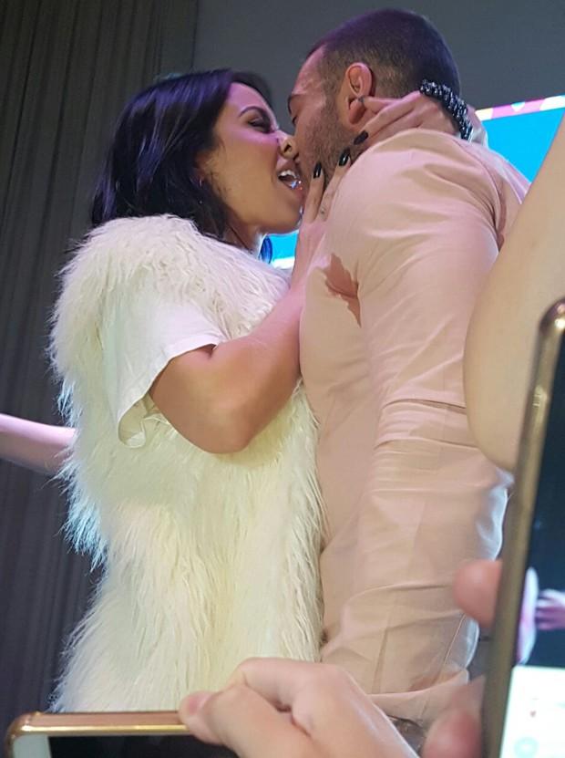 """Alinne Rosa paga R$22 mil por beijo de Lucas Lucco: """"Beija bem"""""""