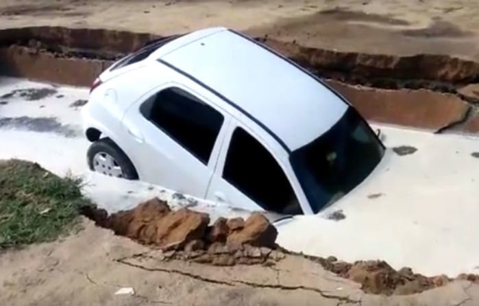 Carro foi engolido pela cratera