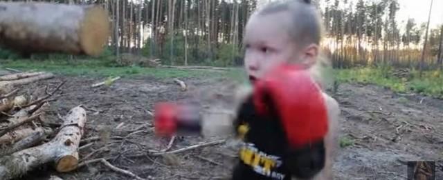 Menina de 9 anos consegue dar mais de 100 socos em um minuto