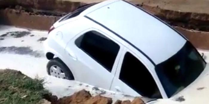 """Carro é """"engolido"""" por cratera em estacionamento de um Hospital"""