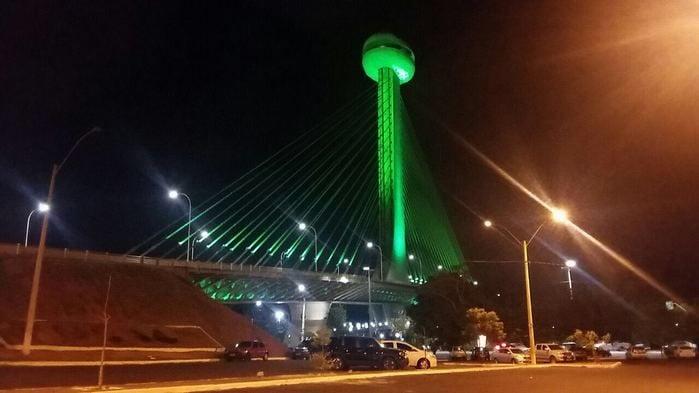 Estaiada tem iluminação especial em homenagem à Chapecoense (Crédito: Divulgação)