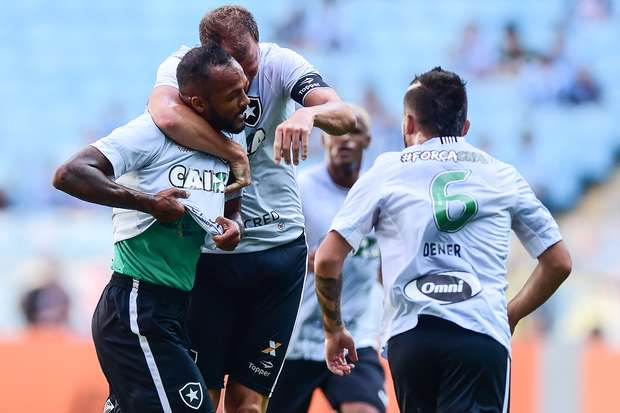 Botafogo bate Grêmio fora de casa e vai à Libertadores