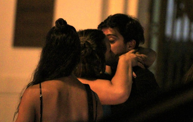Rodrigo Simas ganha beijão ao sair de boate - Imagem 2
