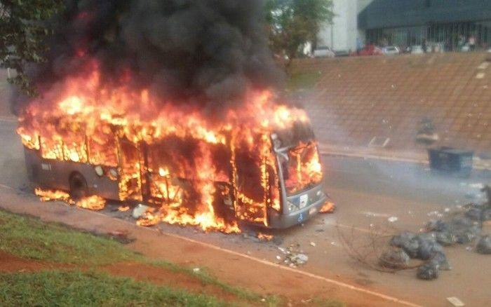 Ônibus da TCB incendiado durante ato