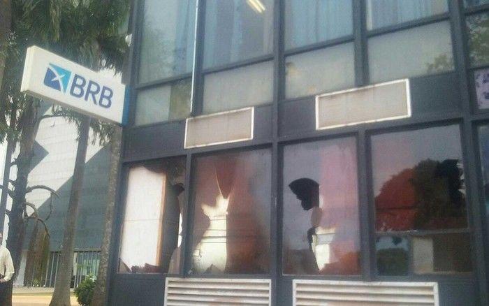 Vidro de prédio do Banco de Brasília quebrado