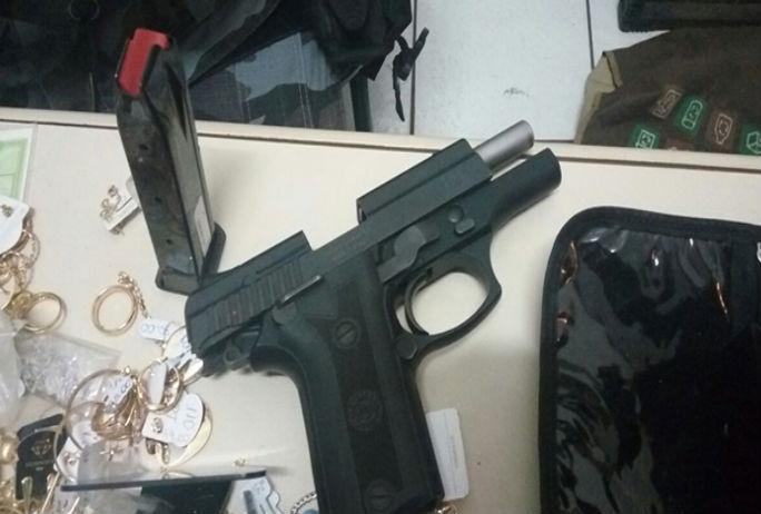Arma apreendia com os acusados (Crédito: Divulgação)