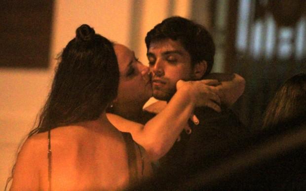 Rodrigo Simas ganha beijão ao sair de boate - Imagem 1