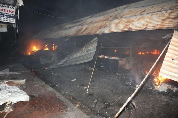 Incêndio atingiu as barracas do mercado no último domingo (Crédito: Reprodução)