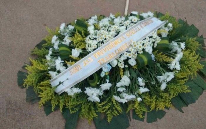 Coroa de flores levada por manifestantes