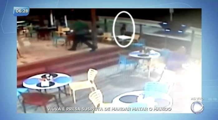O executor aparece em imagens observando a vítima (Crédito: Reprodução)