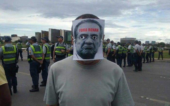 Manifestante usa máscara pedindo saída de Renan