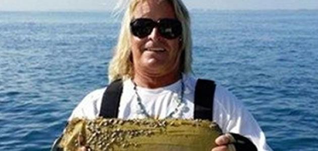 Capitão pesca tijolo de cocaína na Flórida
