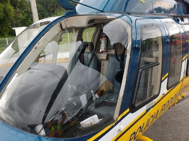 Para-brisa do helicóptero quebrou após choque com urubu (Crédito: Reprodução)