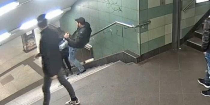 Polícia identifica homem que chutou mulher em escada de metrô