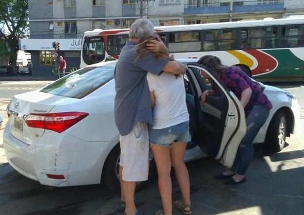Família voltou quase uma hora depois para buscar a filha (Crédito: Reprodução)