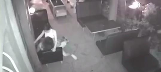 Garçonete é flagrada fazendo sexo com cliente em restaurante