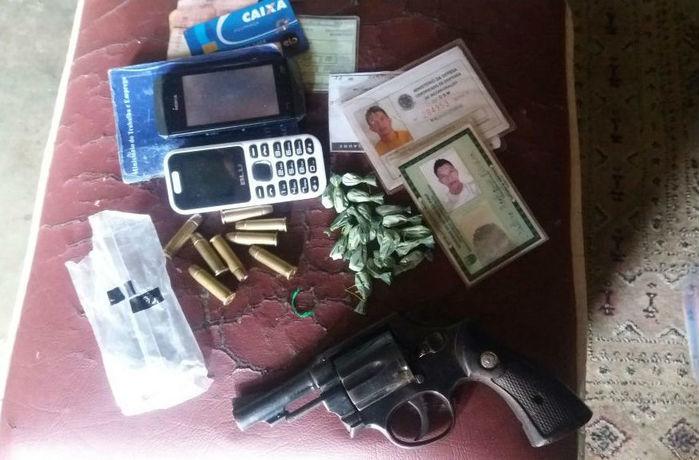 Droga, arma e celulares encontrados com o acusado (Crédito: Divulgação)