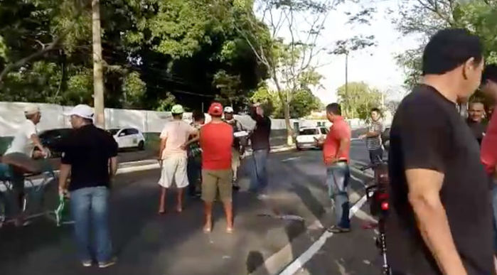 Populares no local do acidente (Crédito: Rede Meio Norte)