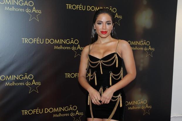 Anitta chama atenção com vestido curtíssimo durante premiação