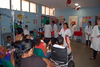 Voluntários distribuem presentes para crianças internadas no HUT (Crédito: Ascom/HUT)