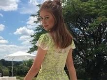 Marina Ruy Barbosa usa look grifado e chama atençao em casamento