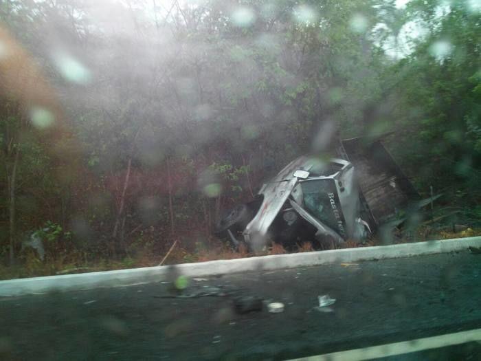 Caminhão foi parar do outro lado da rodovia (Crédito: Reprodução)