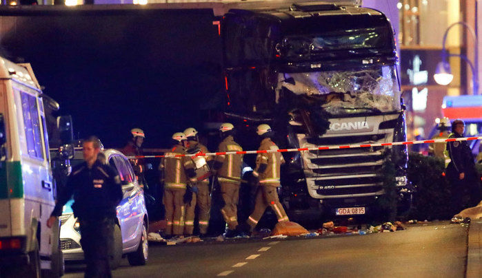 Caminhão invade feira de Natal em Berlim (Crédito: Reuters)