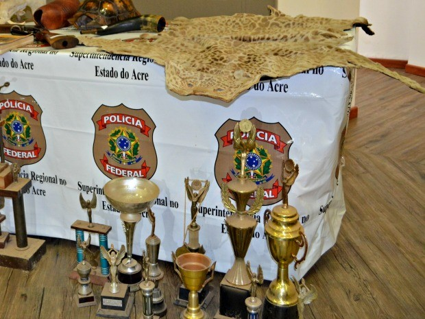 Troféus eram dados a campeões durante rinhas de galo (Crédito: Reprodução)